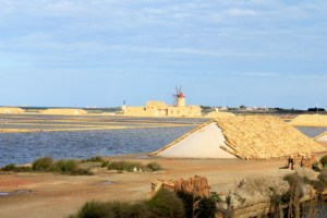 Lo Stagnone salt pans with windmills | The best kitespots in Sicily - Kiterr.com