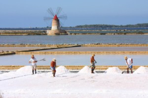Stagnone salt pans with its windmills | Kitesurfing in Lo Stagnone, Sicily - Kiterr.com