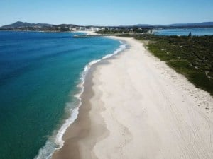 drone shot of Nine Mile Beach in East Tasmania  // kiterr